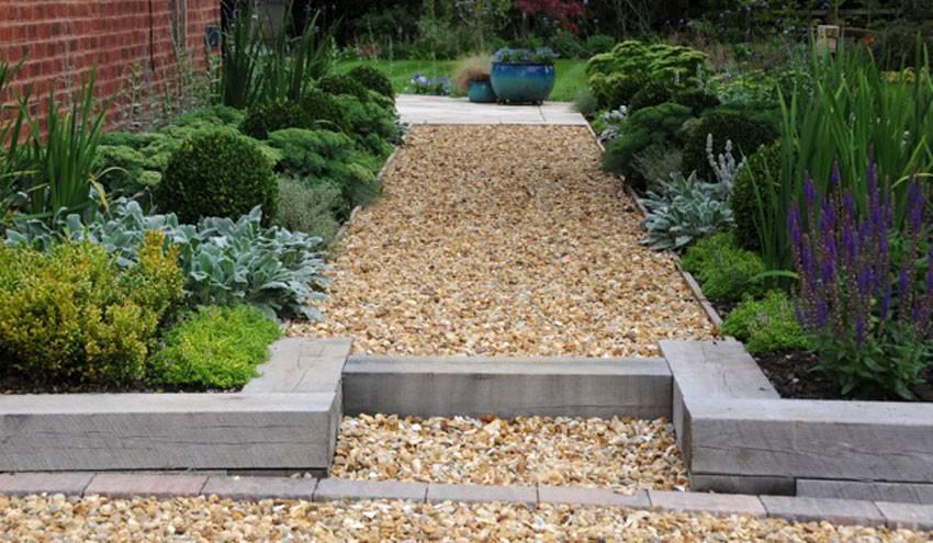 structured-garden-in-derbyshire-with-gravel-path